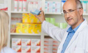 Como o farmacêutico deve fazer para se manter atualizado em relação aos lançamentos do mercado?