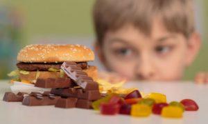 Quais são os principais alimentos vilões para o crescimento saudável de uma criança?