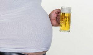Barriga de chope: Cerveja engorda mesmo bebendo com moderação?