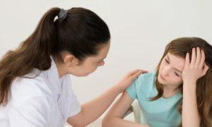 Mineira confia no tratamento e terapia para ajudar filha agitada a ter uma vida normal