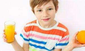 Qual é a importância de inserir frutas na dieta das crianças?