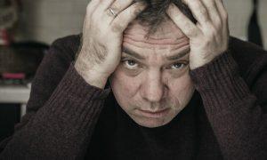 Um paciente com esquizofrenia pode morar sozinho e longe da família?