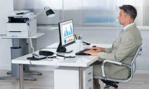 Hemorroidas: A forma de sentar na cadeira pode agravar o quadro de quem sofre com a doença?