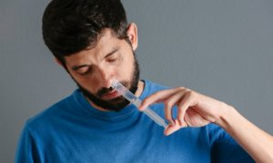 Sentado ou deitado? Qual é a melhor maneira de lavar o nariz?