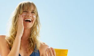 Pele jovem: qual é a importância de fazer uso do protetor solar?