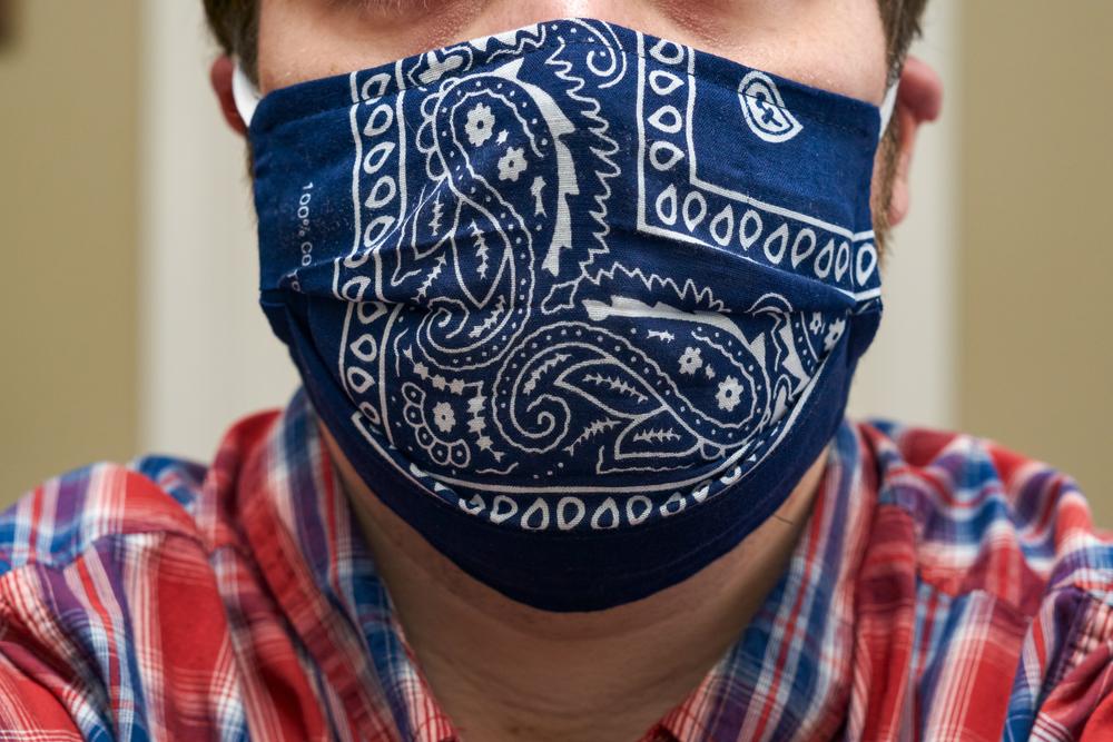 máscara de proteção caseira feita com uma bandana
